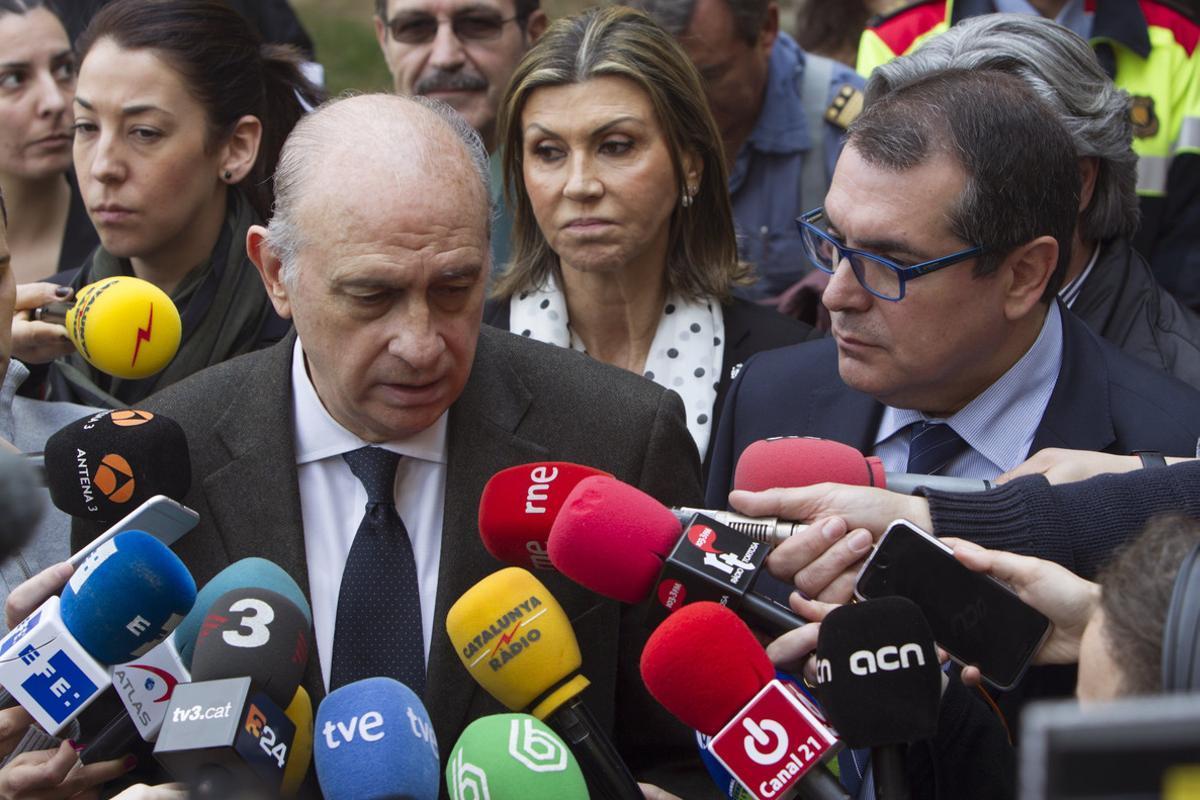 El ministro del Interior en funciones Jorge Fernández Díaza su salida de hotel SD Corona, centro de operaciones y punto de atención a las víctimas y familiares afectados por el accidente.