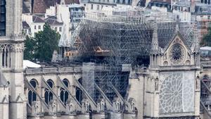La policía halla colillas en los andamios donde surgió el fuego de Notre Dame, en París.