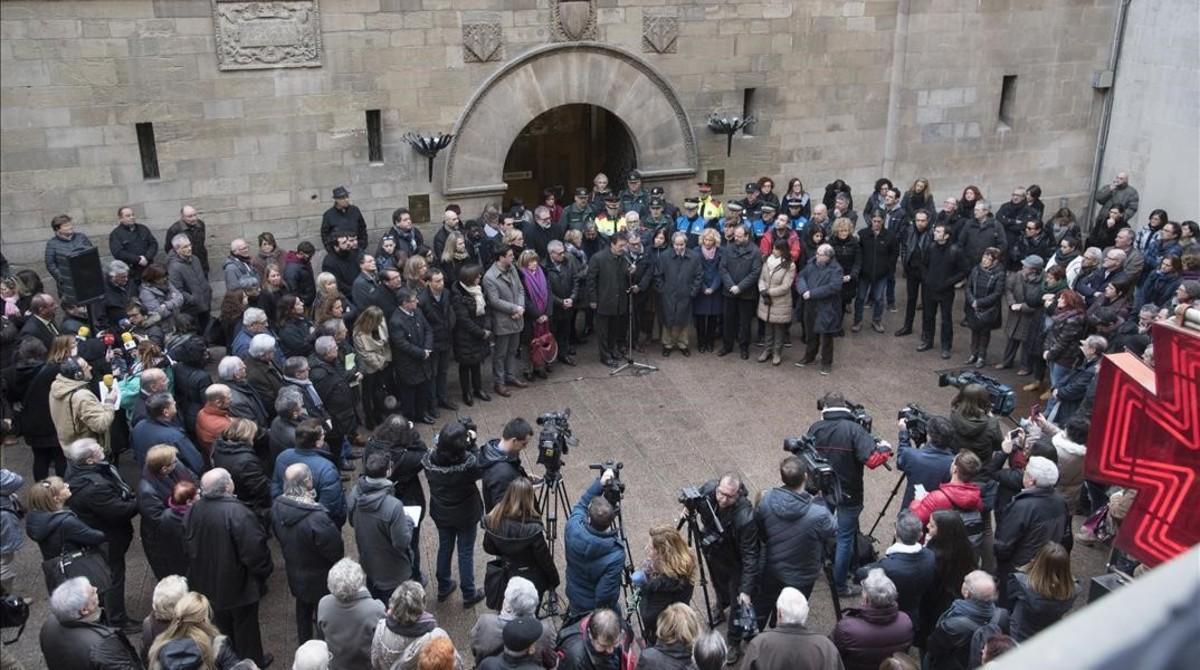El alcalde Àngel Ros, ha presidido la concentración silenciosa en la plaça Paeria por los dos agentes rurales asesinados.