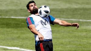 Diego Costa controla el balón en el entrenamiento de España en Krasnodar.