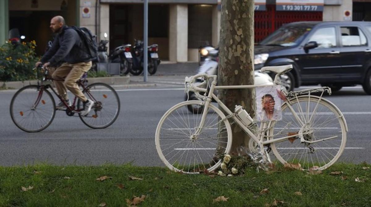 La bicicleta blanca instalada en el cruce de Diagonal con Nàpols.
