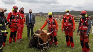 Foto de familia de los rescatadores con el toro Bolero