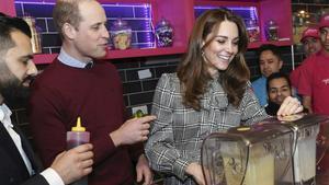 Catalina, con el vestido de pata de gallo de Zara, junto al príncipe Guillermo, en un restaurante de Bradford, el pasado miércoles.