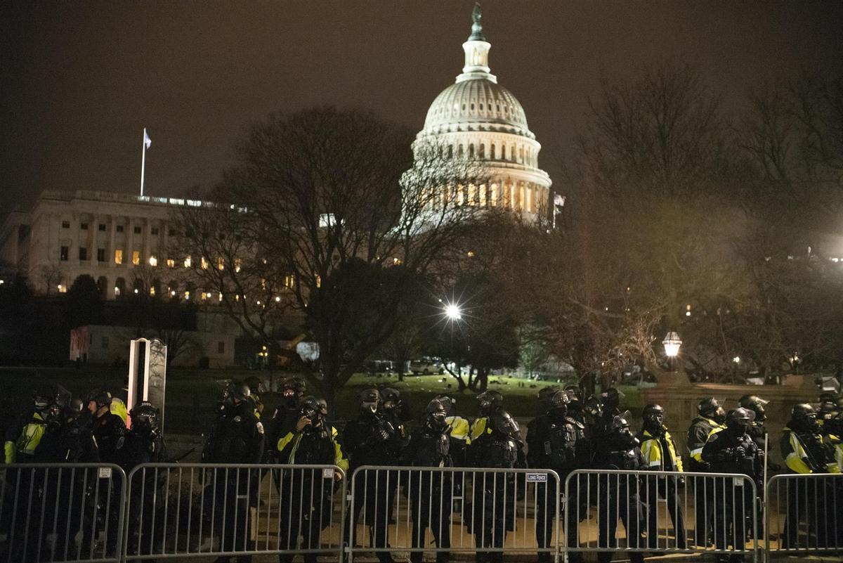 Agentes de la Policía frente al Capitolio de EEUU durante el asalto.