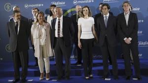 La reina Letizia y el presidente de Telefónica, José María Álvarez-Pallete (a su izquierda), y resto de participantes,en el acto de presentación de Movistar+ 5S.