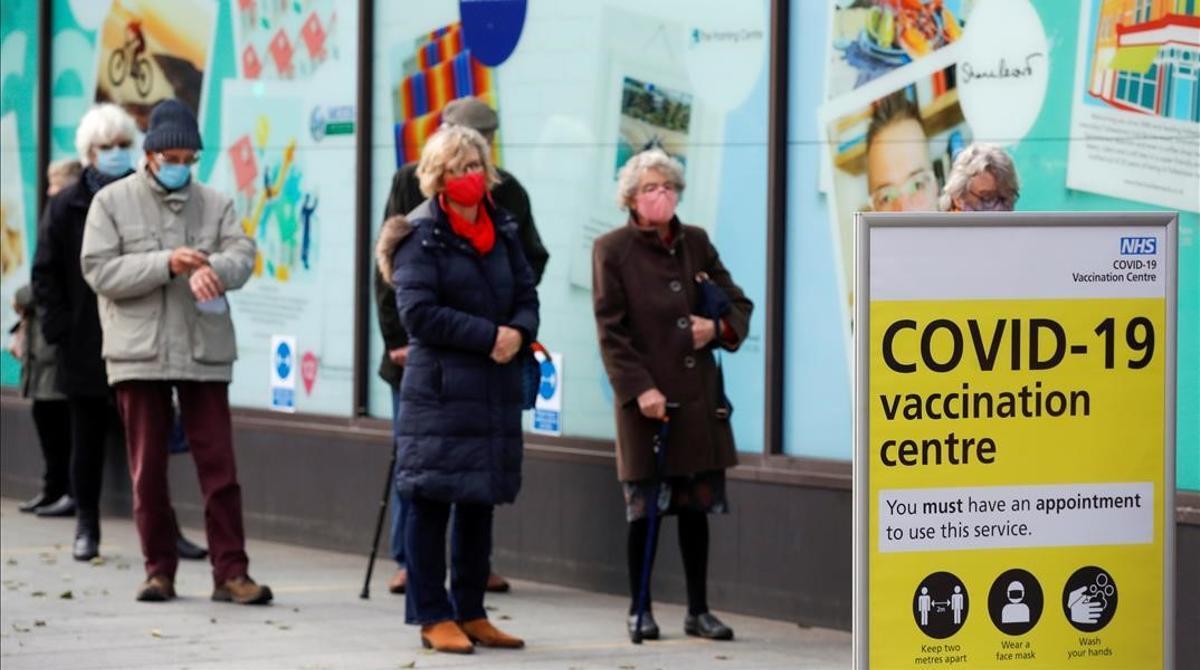 Fila de gente para recibir la vacuna del covid en Folkestone, Kent.