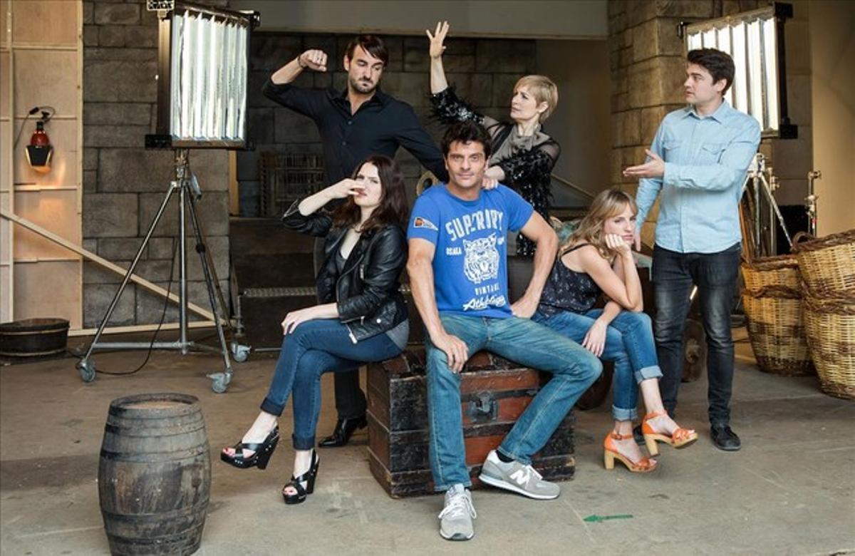 Joel Joan (centro), con el resto de actores de la comedia de TV-3 'El crac'.