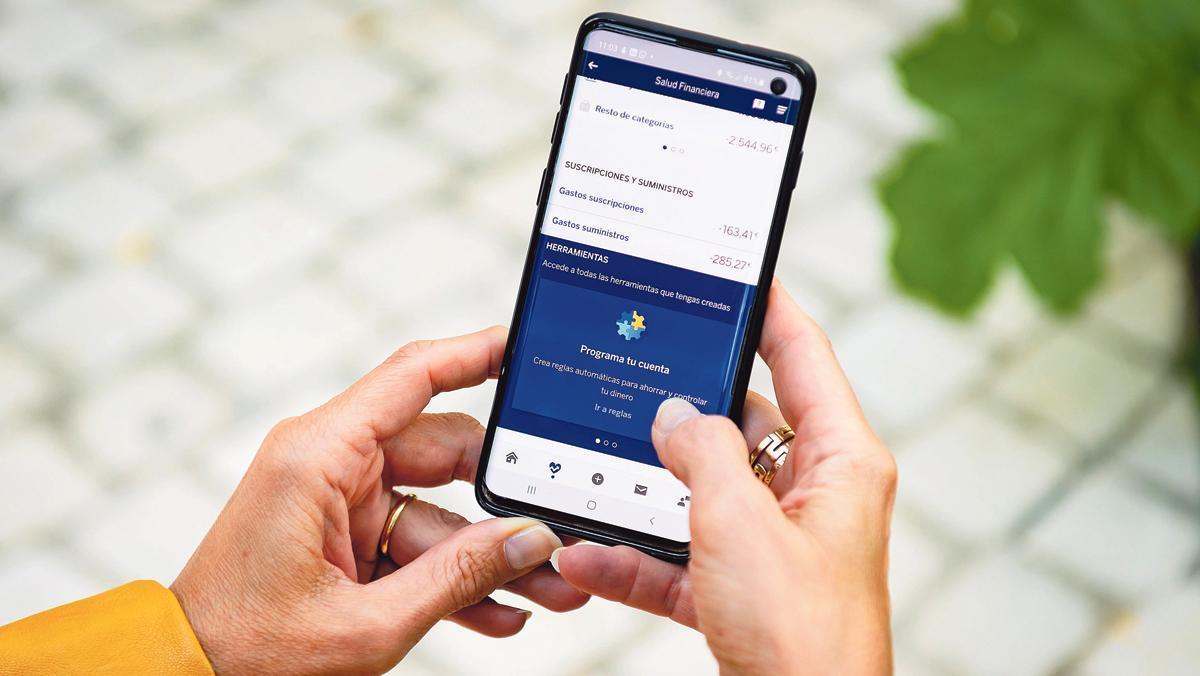 Una usuaria consulta la aplicación móvil de BBVA.