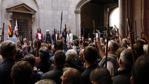 Los alcaldes levantan la vara de mando en un acto de apoyo al 1-O.