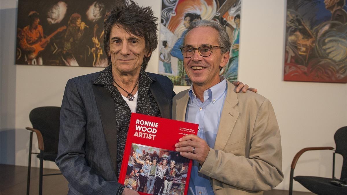 Ron Wood, junto a Emmanuel Guigon, director del Museu Picasso, el lunes, presentando su libro 'Ronnie Wood Artists'.