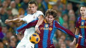 Cristiano Ronaldo y Messi pelean por el balón en el Barça-Madrid de la primera vuelta de la Liga.