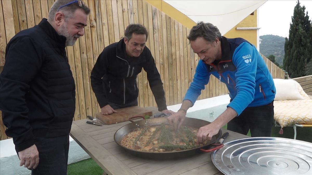 Los hermanos Torres preparan una paella para Pau Arenós en la serie 'Cata Mayor'.