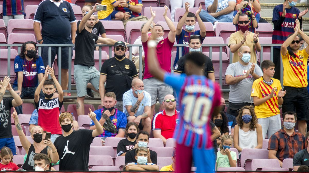 La afición rendida tras el gol de Ansu Fati.
