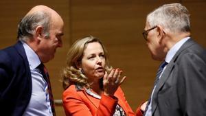 Nadia Calviñoy Luis de Guindos conversan con el gerente del Mede,Klaus Regling, en junio del 2019.