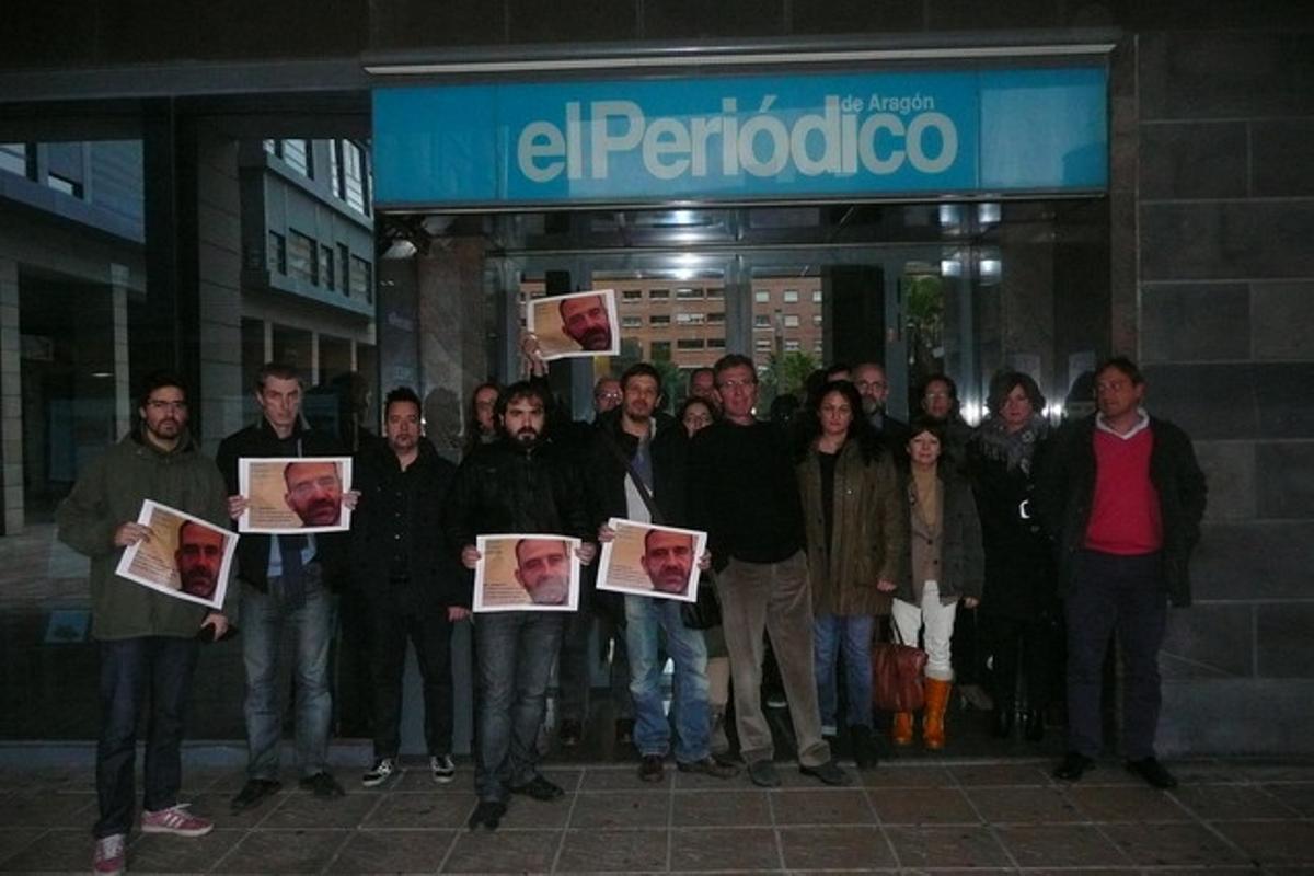 Los compañeros de El Periódico de Aragón se concentran, este miércoles, para pedir la liberación de Marc Marginedas.