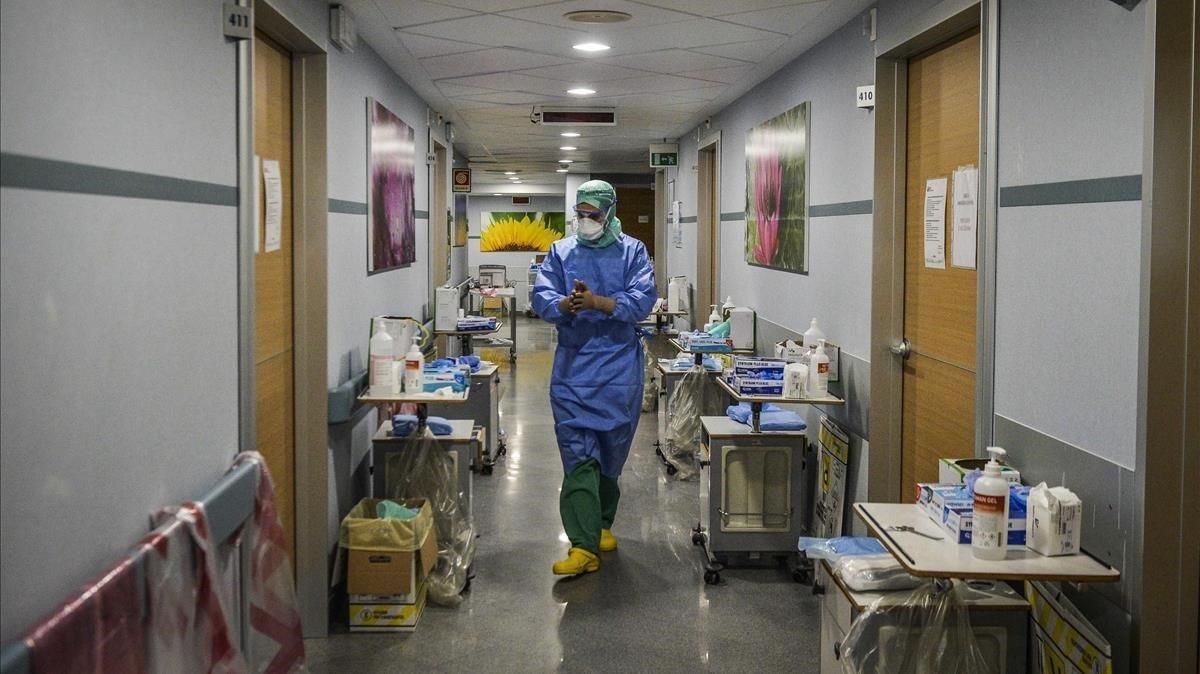 Un médico en la planta de pacientes afectados por coronavirus de un hospital de Milán, este lunes.