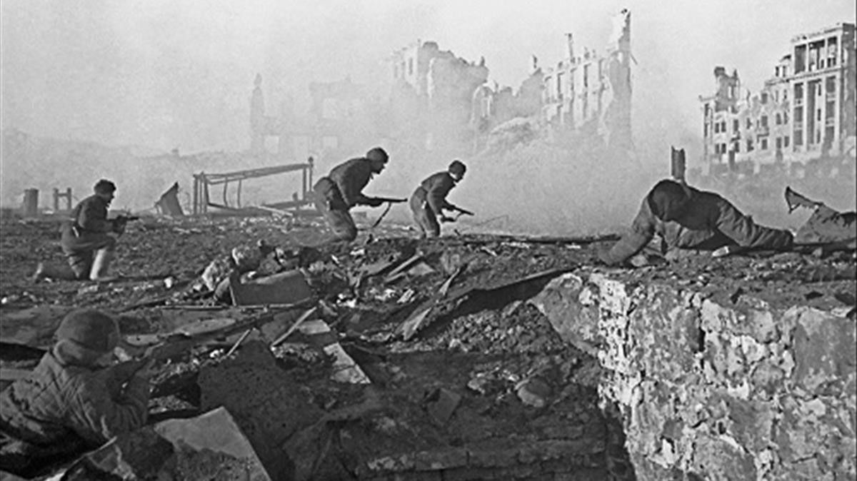 Soldados rusos toman un edificio en Stalingrado, en noviembre de 1942.