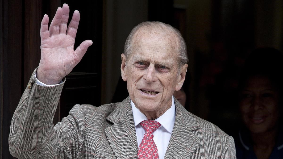 Felipe de Edimburgo saluda al salir del hospital King Edward VII en Londres, en junio del 2021.