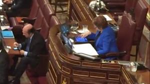 Celia Villalobos juega al Candy Crash Saga mientras habla Rajoy