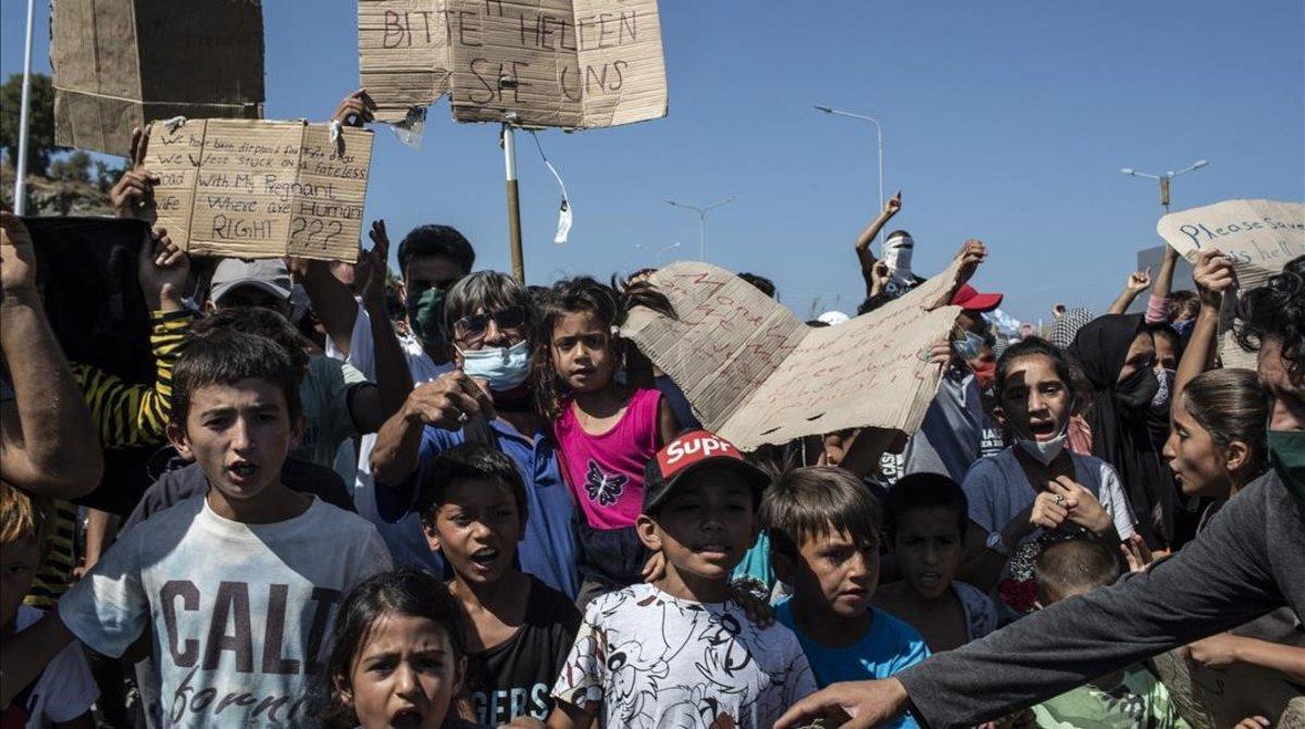 Manifestación de menores refugiados en Moria pera pedir ayuda a Europa.