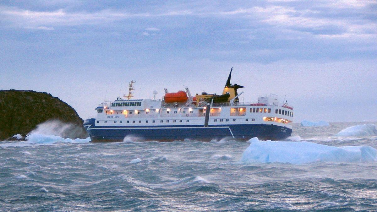 El crucero turístico 'Ocean Nova', navegando por aguas de la Antártida, en una imagen de archivo.