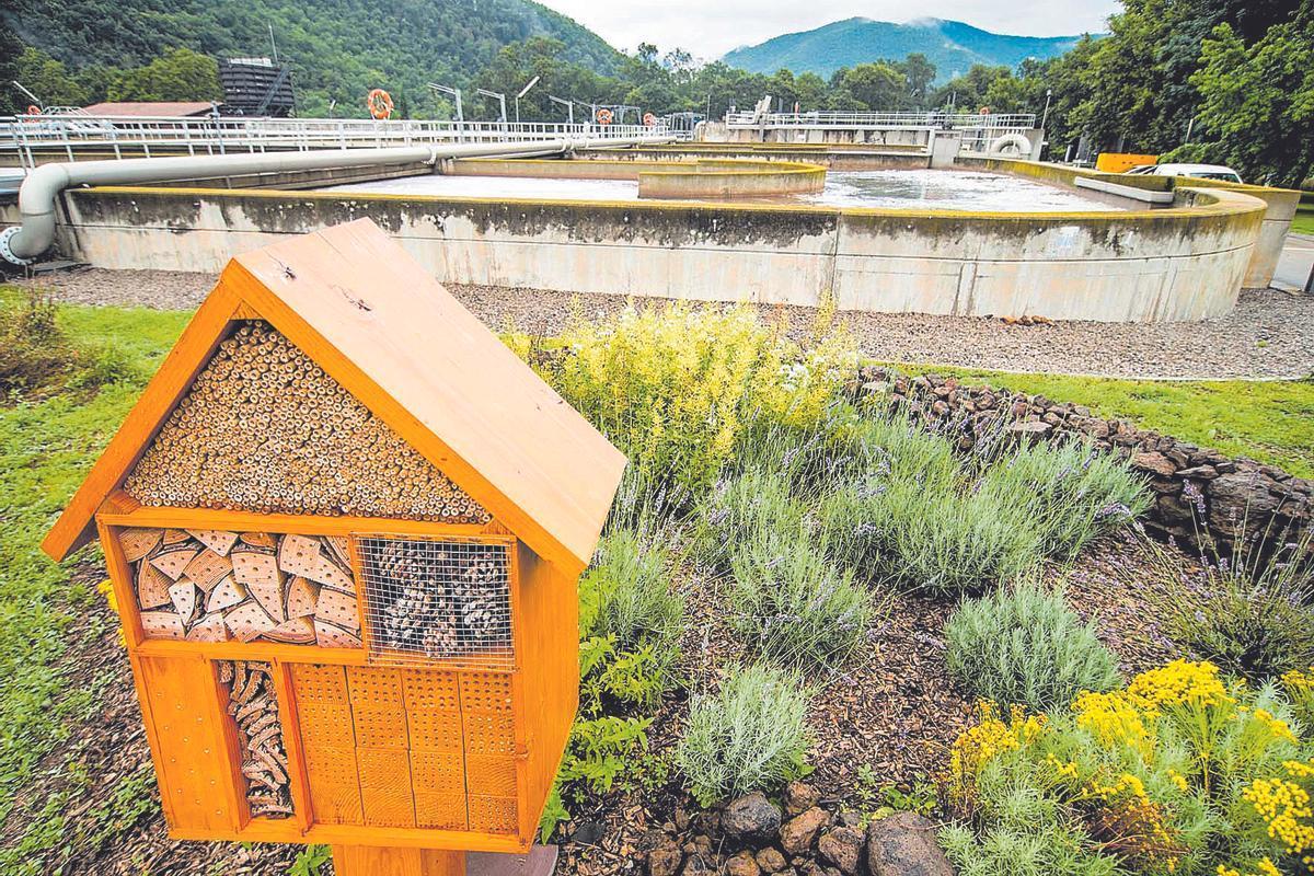 La estación de tratamiento de aguas residuales de Olot (La Garrotxa), gestionada por Agbar, está naturalizada y cuenta con un hotel de insectos, como parte de las acciones del grupo para favorecer la biodiversidad.