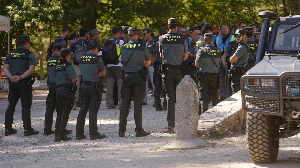 Reunión de ungrupo de agentes de la Guardia Civil antes de iniciar la tarea de rastreo.