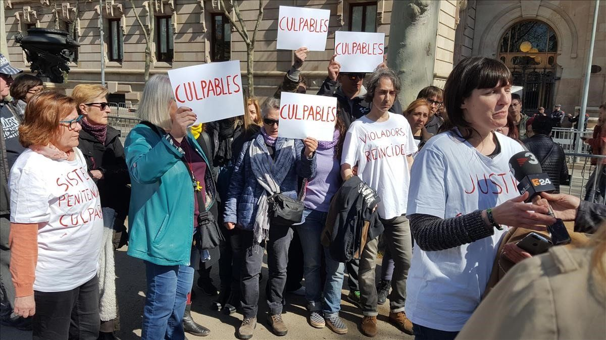 Montse, víctimadel 'violador de Martorell', en la concentración ante la Audiencia de Barcelona.