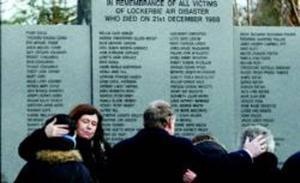 Familiares de las víctimas se abrazan ante el memorial de Lockerbie, en el acto de ayer.