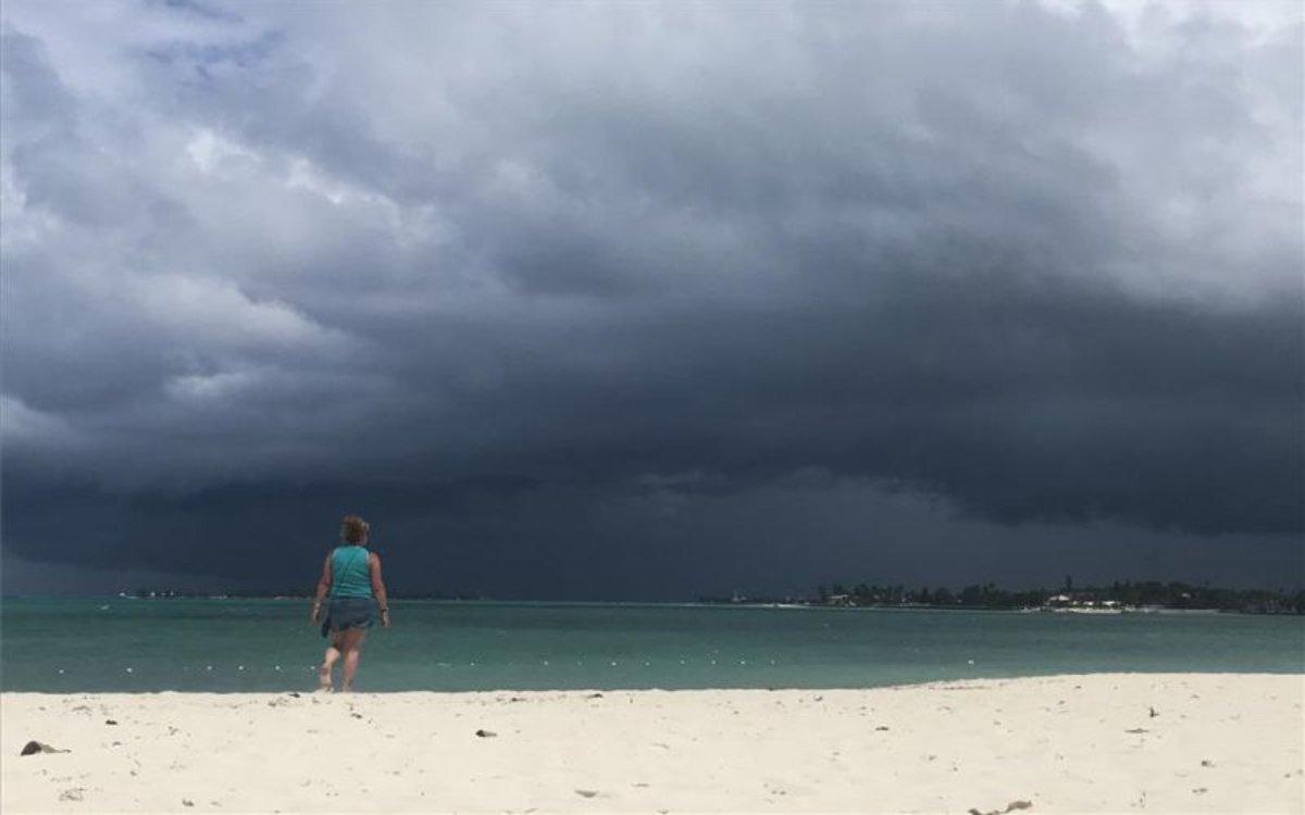 Vista de una playa de Bahamas con la amenaza de una tormenta tropical.
