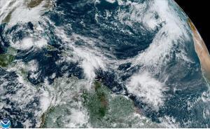 Imagen de satélitedonde se muestra la localizacion de la tormenta tropical Eta (izquierda) en el Golfo de Mexico y la tormenta subtropical Theta (derecha) en el Atlántico.