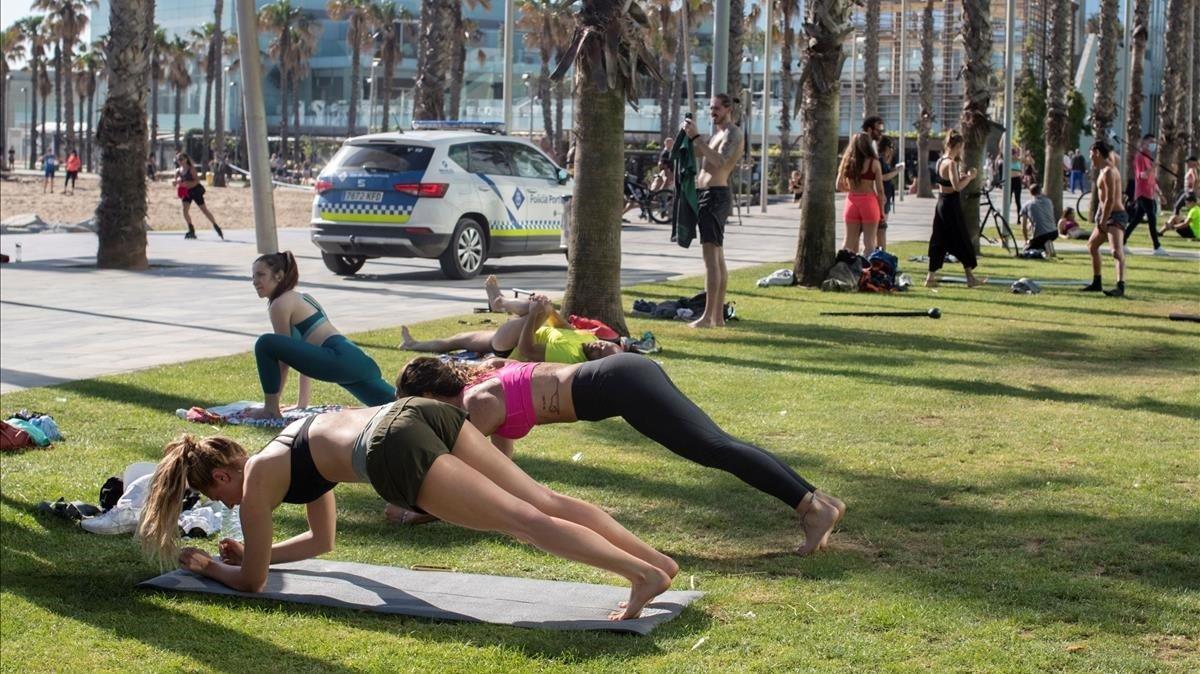 Precintan el césped de la Barceloneta por afluencia de deportistas