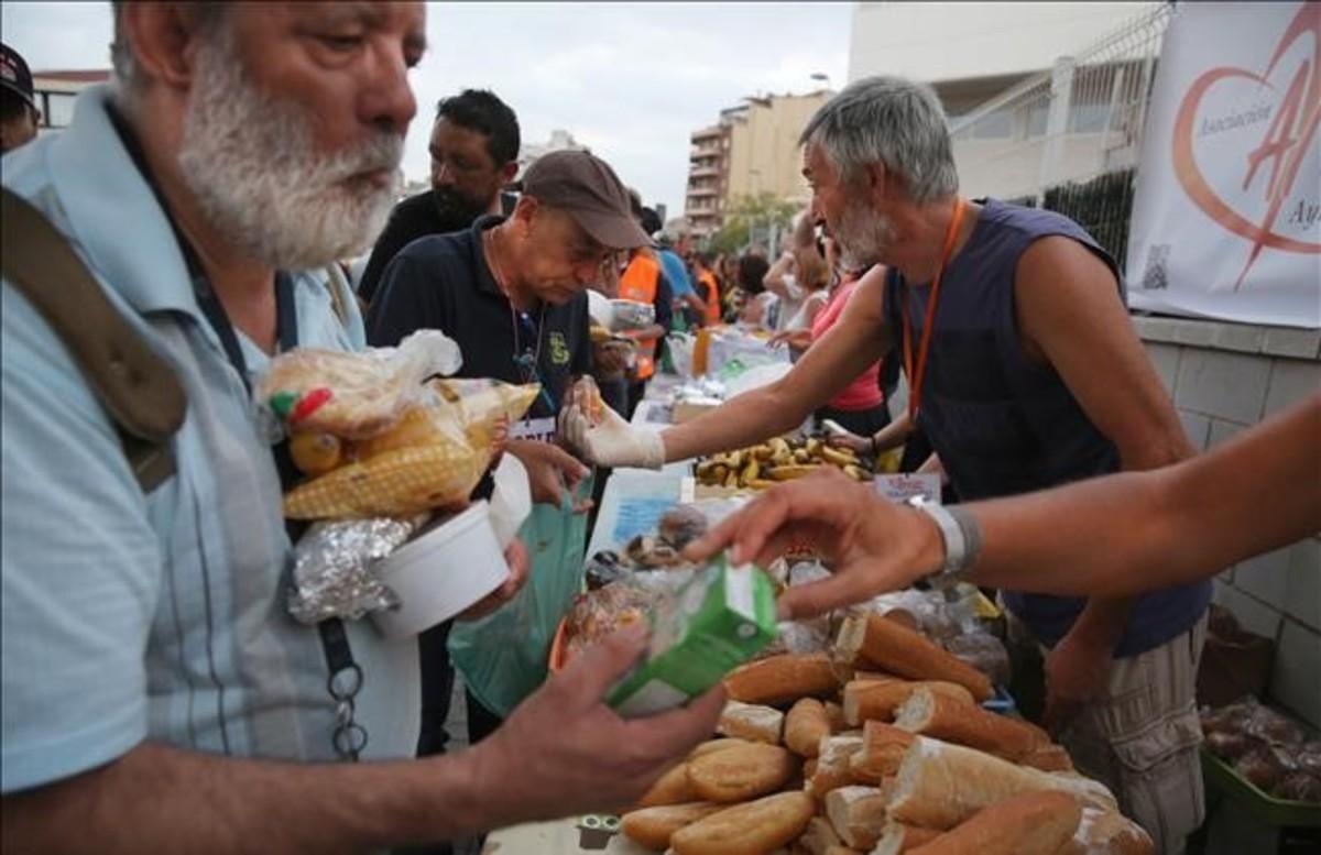 La Asociación Amasdes reparte 200 raciones de comida, cuatro veces por semana, en la Estación del Nord.