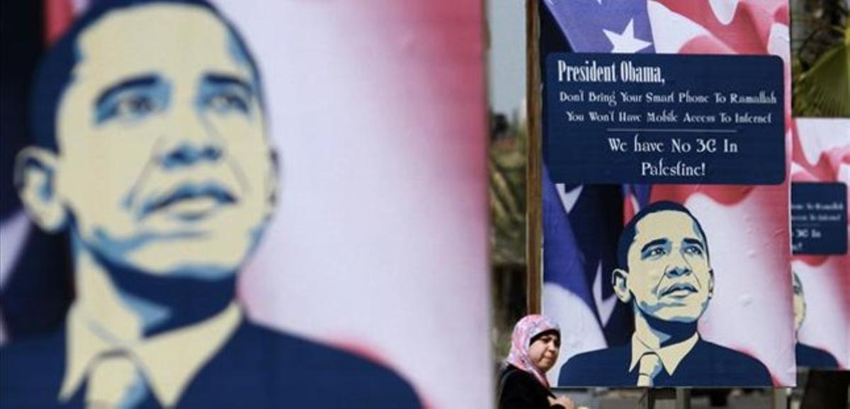 Un poster de Obama en la ciudad de Ramala (Cisjordania) a una semana de la visita del presidente de EEUU.