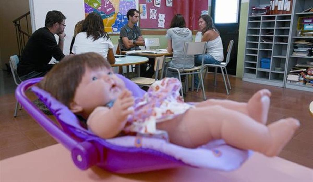 Parte del equipo de trabajadores del Proyecto de Atención Integral e Integrada de la Pobreza Infantil (Paidós), en el local de la Barceloneta, uno de los cuatro puntos donde se desarrollará.