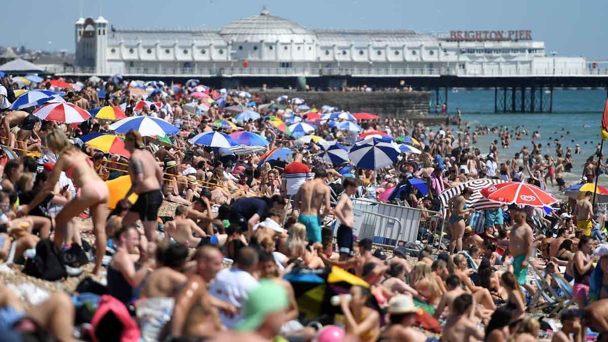 Festes multitudinàries i platges plenes amenacen amb un rebrot al Regne Unit