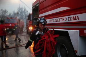 Los bomberos luchan contra las llamas en la capital griega.