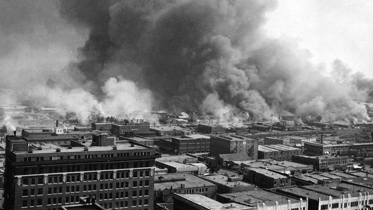 Edificios en llamas durante la masacre de Tulsa (Oklahoma) de 1921.