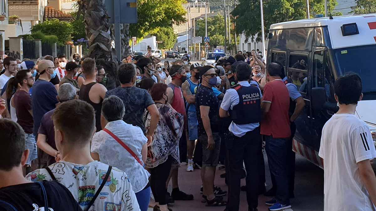 Los Mossos se llevan escoltados unos jóvenes okupas de Llançà increpados y acusados de delincuentes por un centenar de vecinos