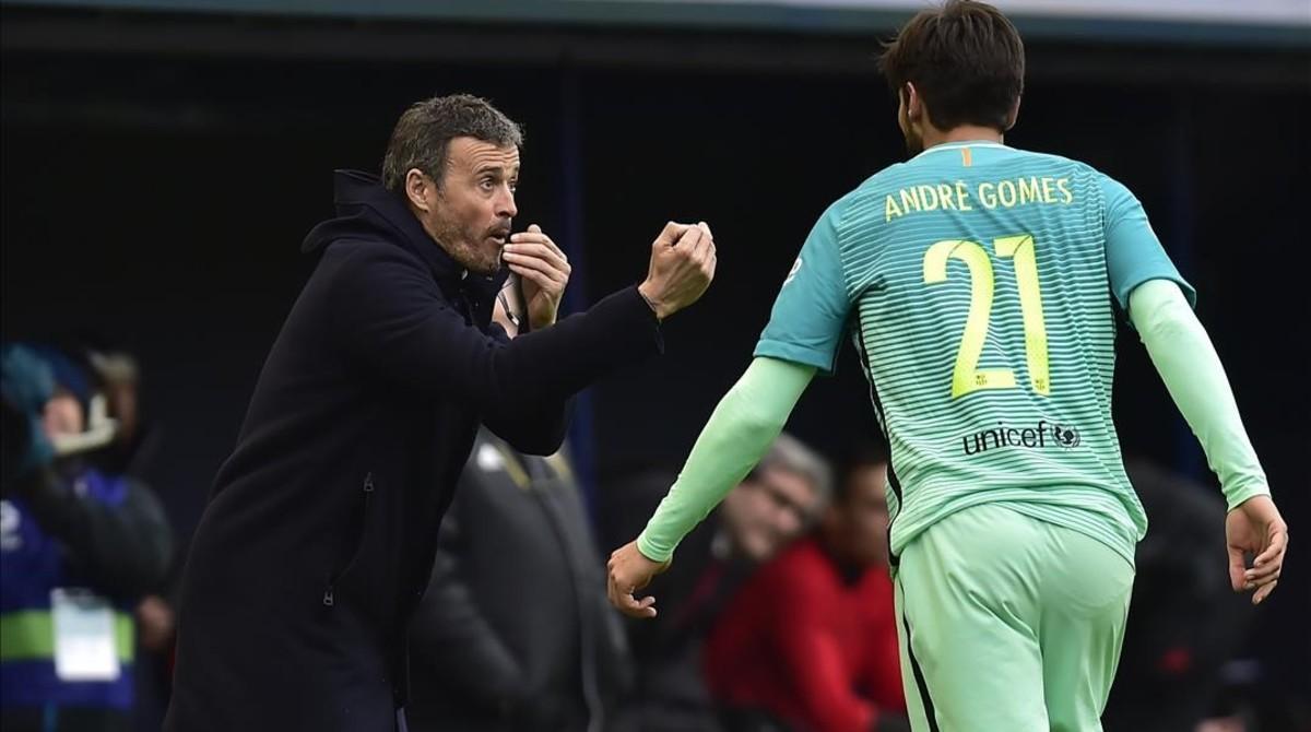 Luis Enrique da instrucciones a André Gomes en el Osasuna-Barça.