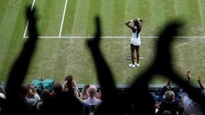 Cori Gauff celebra asombrada su triunfo sobre Venus Williams en Wimbledon.