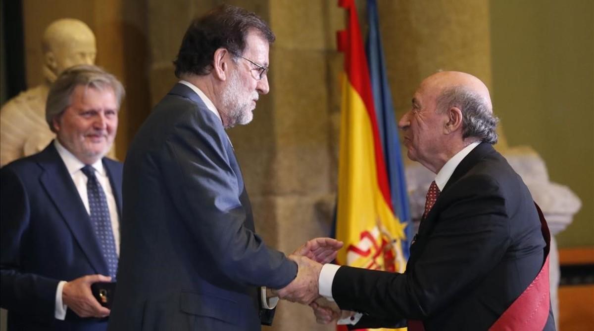 Mariano Rajoy entrega la Cruz de Alfonso X el Sabio al arquitecto y humorista JoséMaría Pérez González'Peridis'.