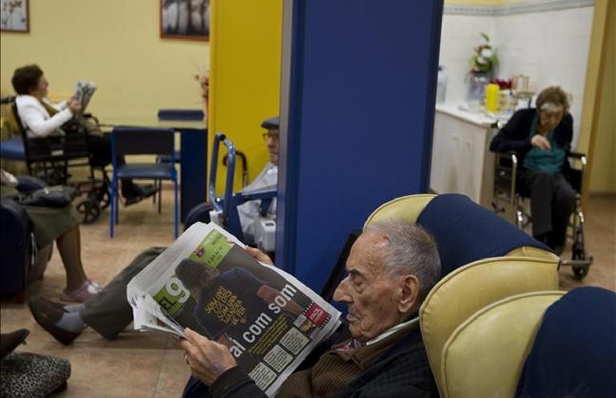 Varios ancianos pasan el rato relajadamente en el geriátrico del Bon Repòs, en Barcelona.