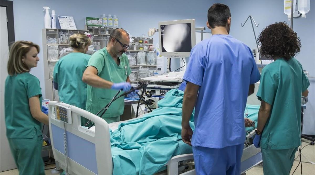 Personal sanitario del Hospital La Ribera atiende a un paciente.