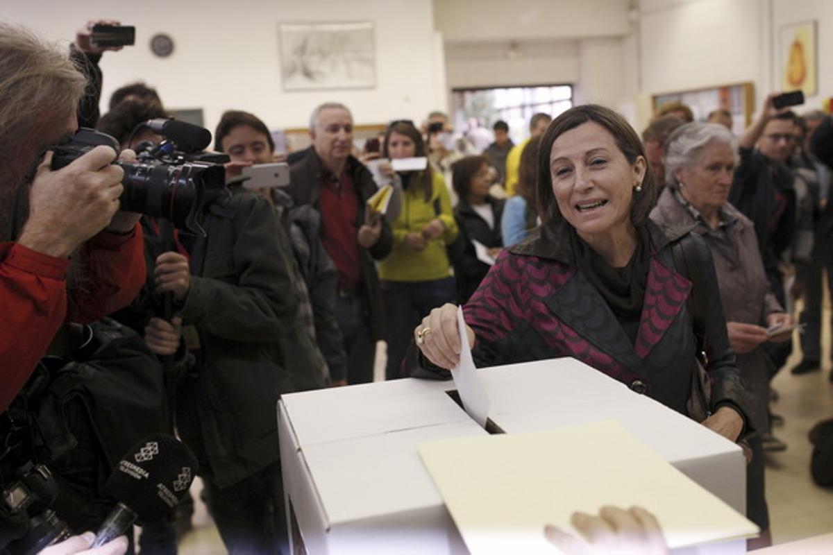 La presidenta de la ANC, Carme Forcadell, deposita su voto en Sabadell.