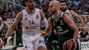 El base griego Nick Calathes controla el balón ante el madridista Ayón