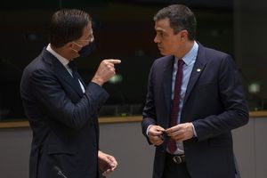 Brussels (Belgium), 18/07/2020.- Dutch Prime Minister Mark Rutte (L) speaks with Spain's Prime Minister Pedro Sanchez (R) during a meeting on the sidelines of the second day of an EU summit in Brussels, Belgium, 17 July 2020. European Union nations leaders meet face-to-face for the first time since February to discuss plans responding to coronavirus crisis and new long-term EU budget at the special European Council on 17 and 18 July. (Lanzamiento de disco, Bélgica, España, Bruselas) EFE/EPA/FRANCISCO SECO / POOL