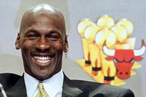Una imagen de Jordan, de 1999, con sus seis trofeos de la NBA en el fondo
