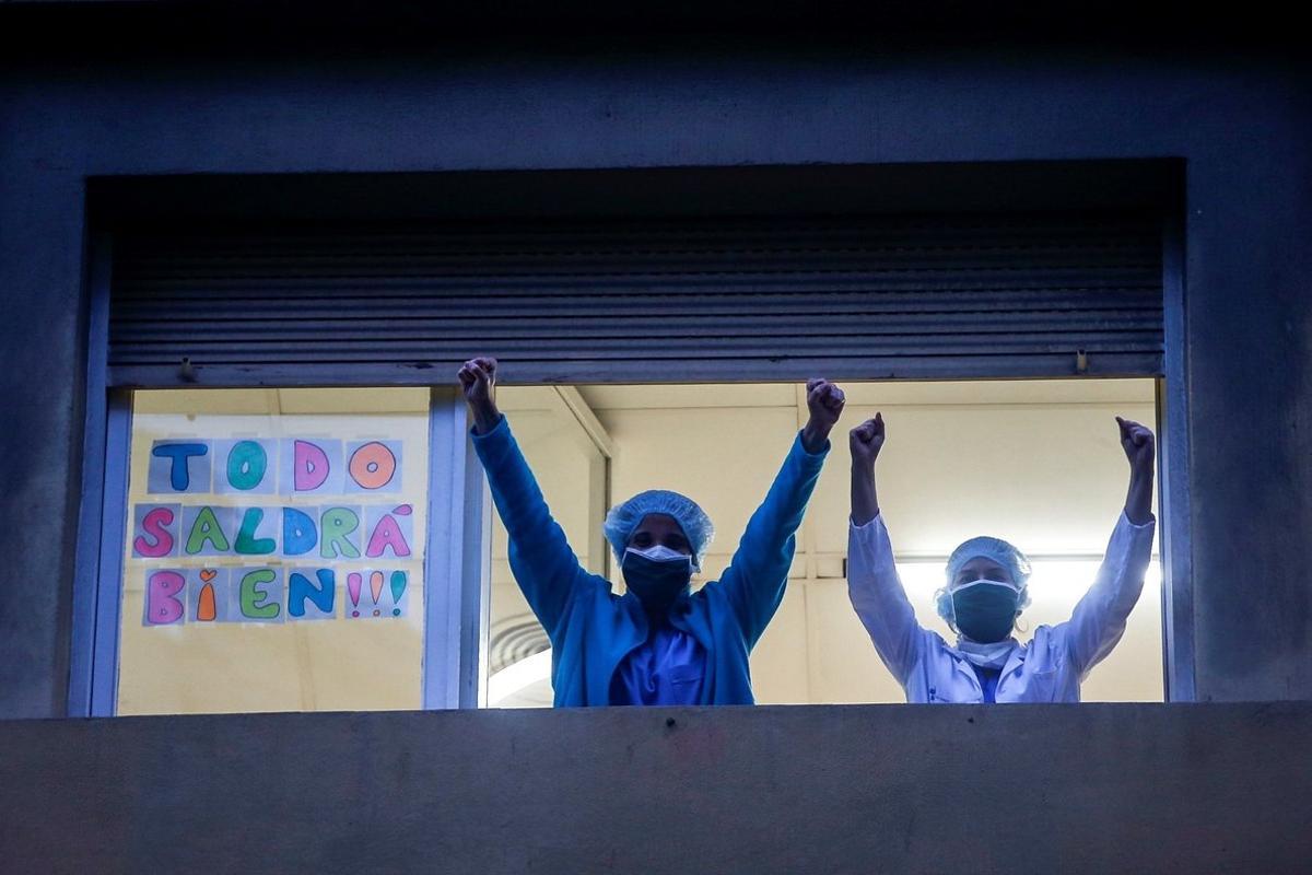 Personal médico del Hospital Dos de Maig de Barcelona agradece los aplausos y muestras de apoyo de los ciudadanos.