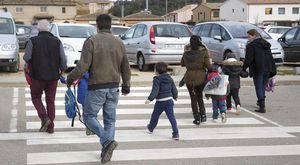 Varios padres llevan a sus hijos al colegio, en Vallobrera (Baix Empordà).